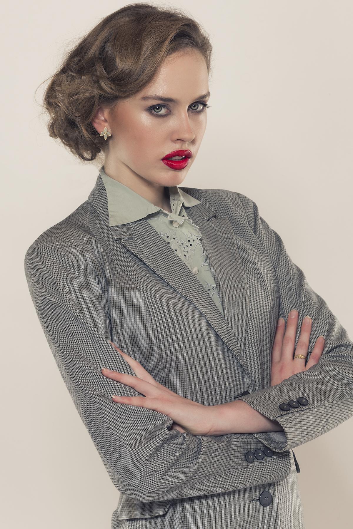 Damenmode 1940 präsentiert vom Model und Autorin Laura Kipfer