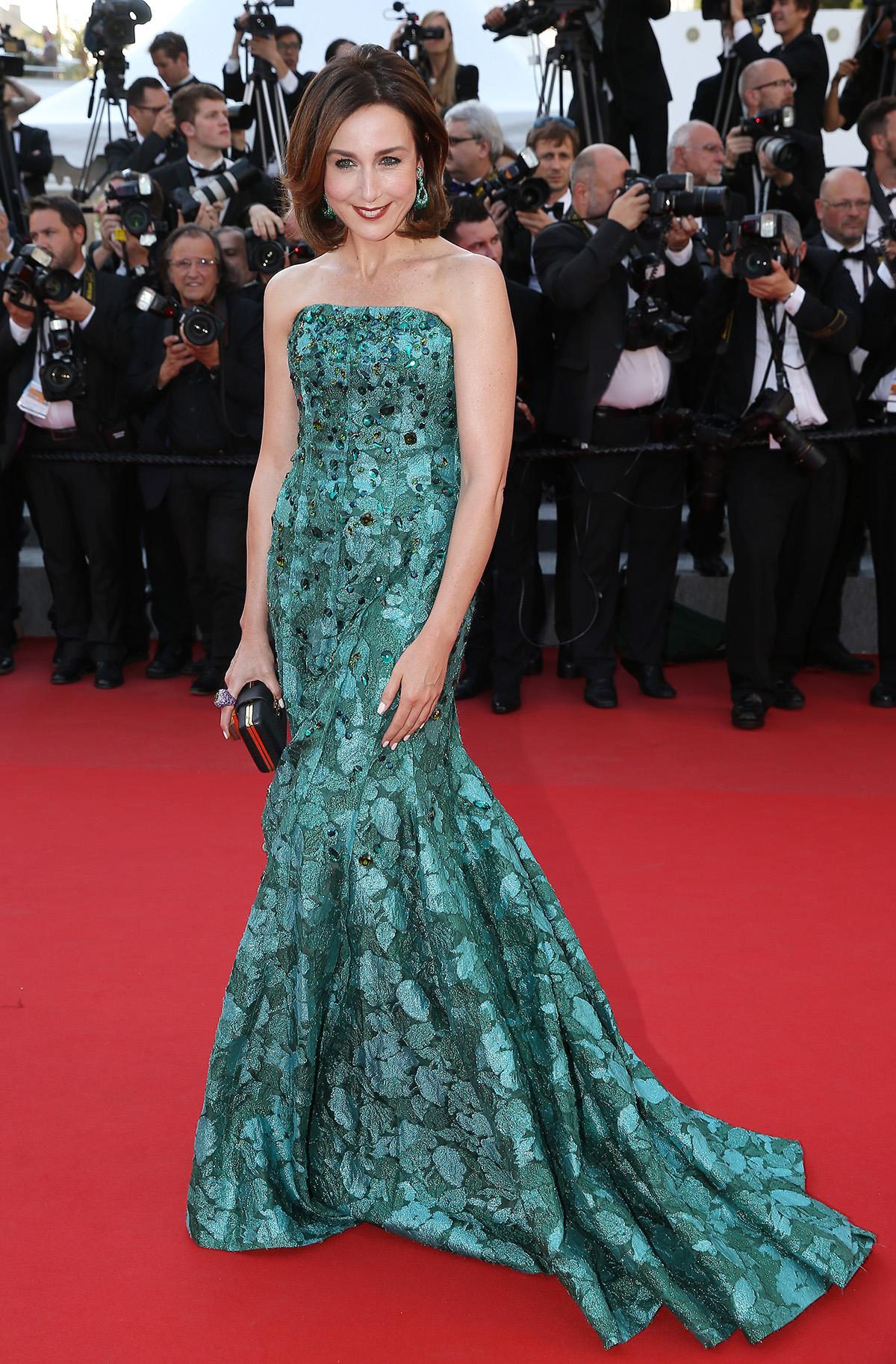 Die fanzösische Schauspielerin Elsa Zylberstein trägt de Grisogono, einen grünen Tourmaline Ring und Smaragd Ohrringe