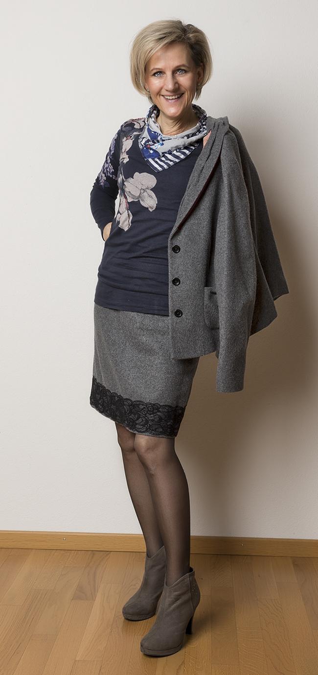Kostüm More&More, Shirt Desigual, Schuhe Joi