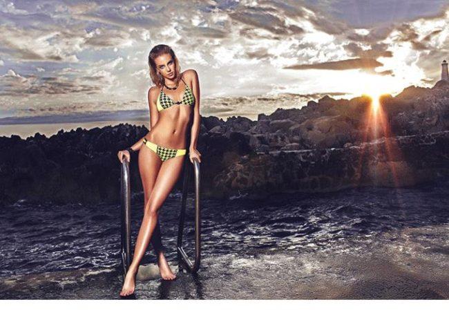 Spring/Summer 2016: Für die Women's Beachwear S/S 2016 wurden pro Modell bis zu drei unterschiedliche Textilien verarbeitet: dreidimensionale Hahnentrittgewebe in Orange oder Neongelb mit passenden gummierten Kettenelementen in Neongelb oder Schwarz; elegante Tri-Metal-Kombinationen aus Gold- sowie hellen und dunklen Silbertönen; hochwertige silber-metallische Stoffe in Tweed-Optik mit luxuriösen steinbesetzten Dekoelementen; hochglänzende Neongelb- und Neonpink-Kombinationen im Bonbon-Style; elegante sandfarbene und goldumrandete Leo-Prints mit mattgoldenen Ketten; pastellfarbene Kroko-Prints mit kräftigen Akzenten und bunte afrikanische Graffitidrucke. Highlight der Swimwear-Designs ist ein gold glänzendes Leopardenmotiv sowie die dunkle Variante im Black Panther Look. Mit Goldösen umfasste, kontrastierende Bänder setzen bei vielen Designs dekorative Akzente. Mehrere Modelle überraschen 2016 mit neuer Bottom-Variante: Vorder- und Rückseite sind durch drei Bänder miteinander verbunden, die als raffinierter Blickfang dienen. Die Men's Beachwear wartet mit einem neuen topaktuellen Schnitt auf: Die Badeshorts verfügen über einen vorderseitigen Verschlussknopf und Einstecktaschen und sind seitlich grössenverstellbar für eine individuelle Passform. Ausgefallenen Stoffe in verschiedenfarbigen Camouflageprints und sandfarbenen Palmendrucken geben nächsten Sommer den Ton an. VK-Preise: Bikinis 159,- bis 419,- EUR / 175,- CHF bis 461,- CHF Cover-Ups 133,- bis 518,- EUR / 209,- CHF bis 570,- CHF Men's Beachwear 170,- EUR / 187,- CHF