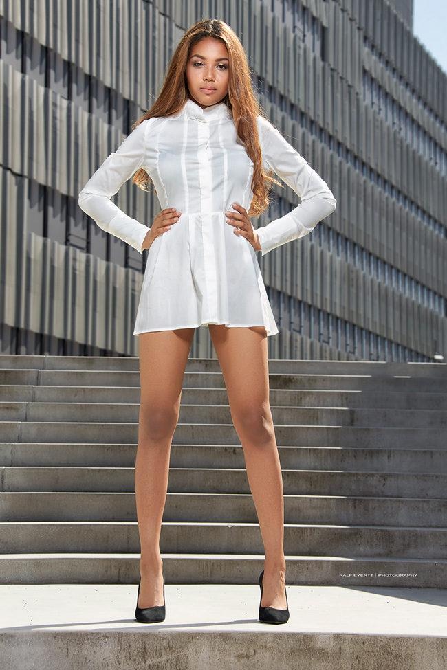 Blusen Kleid weiss Nikkie CHF 149 mit Codewort CHF 100 High Heels Liu Jo CHF 198 mit Codewort CHF 99