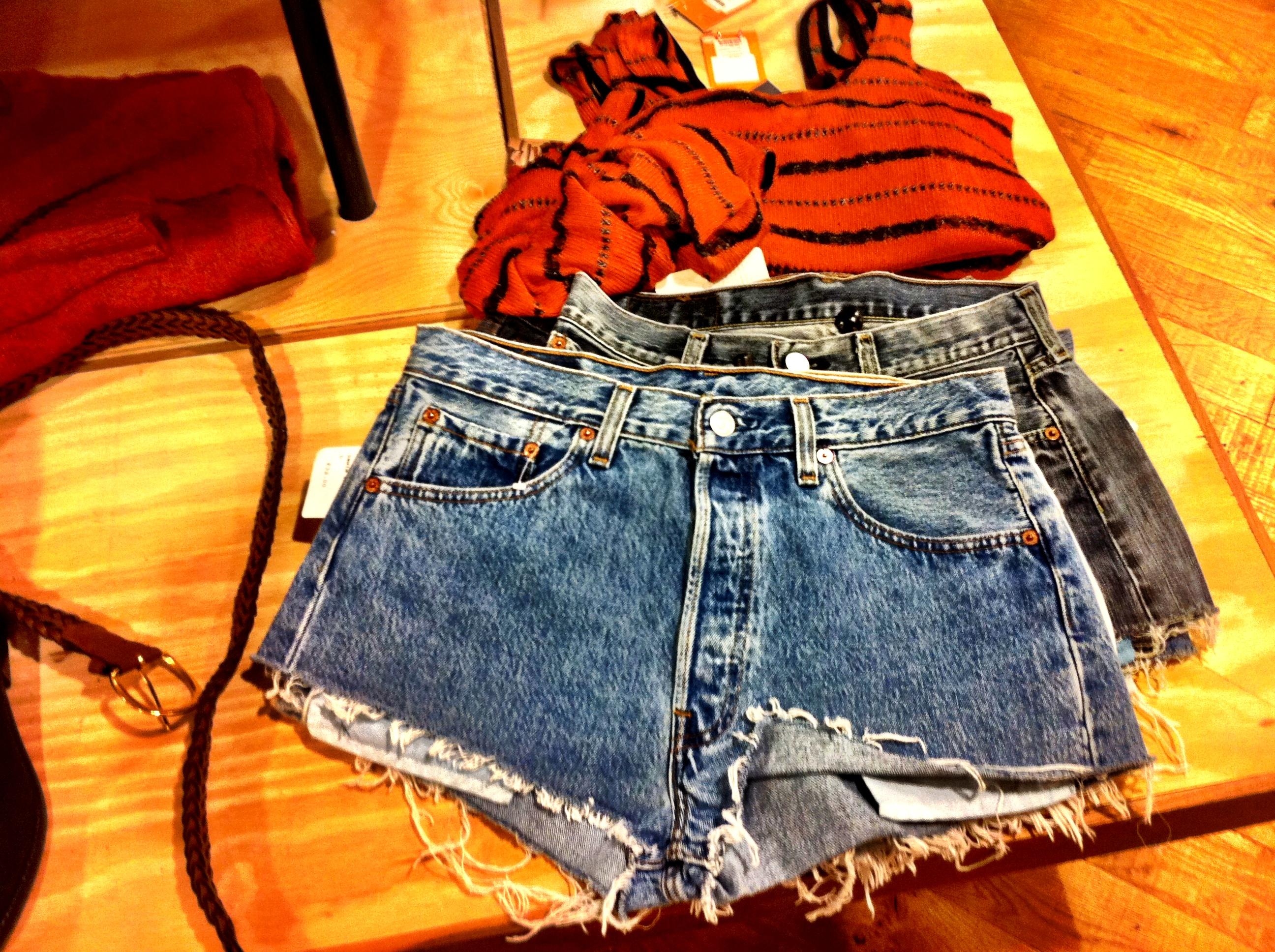 Jeansshorts und Shirt in den typischen Grunge Farben