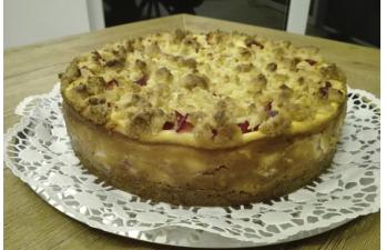 Midnight Bakery – Pflaumen-Käse-Kuchen mit Marzipanstreuseln